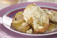 Κοτόπουλο με πατάτες, κρεμμύδια και σάλτσα γιαουρτιού με μυρωδικά στο φούρνο