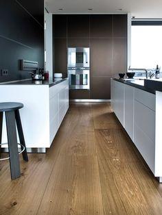 Helle Küche auf dunklem Eichenboden Heart Oak von Dinesen