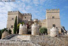 """CASTLES OF SPAIN - Castillo de Ampudia, Palencia ( siglo XV) . Fue construido entre 1461 y   1488 por don García López de Ayala. En 1521 el conde abrazó la causa comunera, dando lugar a la   """"Batalla de Ampudia"""" entre los partidarios del emperador Carlos I de España y las tropas de obispo   Antonio de Acuña. En 1528 el castillo alojó a los hijos del monarca francés Francisco I, tras la Batalla   de Pavía, en calidad de rehenes."""