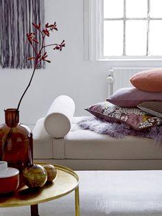 Bloomingville. Dit sierkussen is gemaakt van wol en heeft een paars met grijze kleur. Het kussen is 60 cm breed en 30 cm hoog.