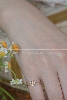 Shop this simple yet elegant solid gold rings. #engagementring #weddingband #weddingjewelry #stylishring