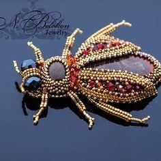 Цикада с алым аммолитом #n_belokon_jewelry #beaded #beetle #beading #beadwork #animals #beadembroidery #simbircite #ammolite #japanesebeads #brooch #jewelry #gemstone #gemstonejewelry #брошь #украшения #цикада #аммолит #симбирцит #жук #насекомые #вышивкабисером #бисероплетение #cicada