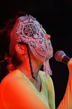 La chanteuse Björk à Lyon Couture Accessories, Head Accessories, Mazzy Star, Bjork, Backless Wedding, Tecno, Best Wedding Dresses, Female Singers, The Girl Who