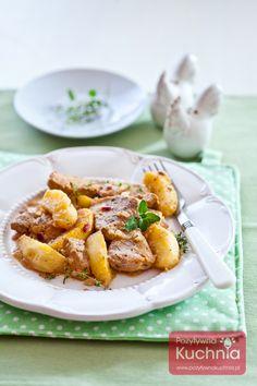 Polędwiczki z jabłkiem, z dodatkiem odrobiny białego wina, pięknie pachnące tymiankiem.   http://pozytywnakuchnia.pl/poledwiczki-z-jablkiem/  #obiad #kuchnia #przepis #wieprzowina #jablka