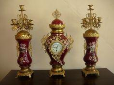 Belíssimo Terno Francês em porcelana c/ pintura esmaltada e metal dourado, composto de 2 Candelabros para 5 velas e 1 relógio marca Pedra Paris (funciona e para) Med. 70 cm.