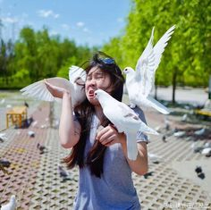PsBattle: Women decides to play with pigeons...