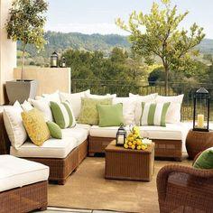 kleiner-Innenhof-Sitzgruppe-Rattan-Möbel-Holz-Bodenbelag-Terrasse-Pflanzen-Beleuchtung