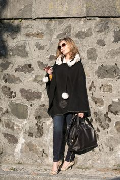 Black cape for an effortless winter style (Fashion blogger outfit)