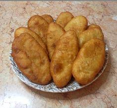 Μια νόστιμη, παραδοσιακή ποντιακή συνταγή από μια έμπειρη Πόντια μαγείρισσα… Μαγειρεύει η Μαρία Τσιβρανίδου Υλικά Ζύμη 1 νεροπότηρο χλιαρό νερό 1 νεροπότηρο χλιαρό γάλα 2 φακελάκια ξερή μαγιά 2 κουτ. γλυκού ζάχαρη 2 κουτ. γλυκού αλάτι 1 φλιτζανάκι του καφέ σπορέλαιο 2 γεμάτες κουταλιές της σούπας μαργαρίνη λιωμένη αλεύρι για όλες τις χρήσεις όσο πάρει, …