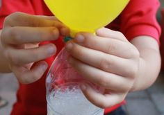 Balloon Science Experiment {Science} Your kids will love this science experiment! With the help of baking soda and vinegar the balloon inflates…
