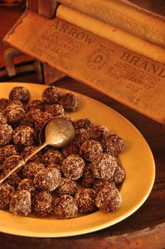Raw chocolate Bliss Balls - also thinking that I could do small bite-sized balls intead of bars Healthy Desserts, Healthy Recipes, Yummy Recipes, Cooking Recipes, Egg Free Recipes, Whole Food Recipes, High Protein Recipes, Protein Foods, Nutritarian Diet