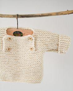 Granny's knitwear: trui met knopen in 6 maanden patterns de tricot de tejer di maglieria modelleri Baby Boy Knitting, Knitting For Kids, Baby Knitting Patterns, Baby Sewing, Knitting Tutorials, Crochet Baby, Knit Crochet, Tricot Baby, Pull Bebe