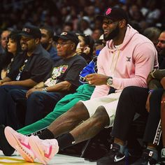 LeBron James courtside at the Big 3 Finals. Lebron James And Wife, Lebron James Lakers, Nba Players, Basketball Players, Lakers Team, Baskets, King Lebron, Anthony Davis, Larry Bird