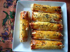Υπέροχα μπουρεκάκια με πουρέ πατάτας με τυρί φέτα γεμιστά σε τραγανά φύλλα κρούστας. Μια εύκολη συνταγή για να απολαύσετε το τέλειο ορεκτικό ή μεζέ. Δοκιμά