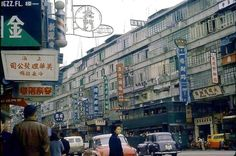 Bill ✔️ Hennessy Road, Wan Chai (Causeway Bay) Hong Kong in 1970.    Bill Gibson-Patmore.  (curation & caption: @BillGP). Bill✔️