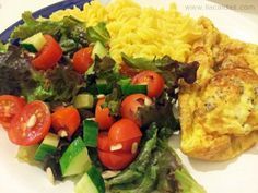 Jantar super saudável - Omelete de duas claras e uma gema com queijo cottage e semente de chia; massa de milho com quinua; salada de tomate, pepino, alface roxa e semente de girassol. #liacaldas40 #emagrecer #emagrecimento #weightloss #fatloss #vidasaudavel #healthyfood #healthy #saudavel #alimentacao #comida #salada #quinua