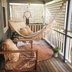 balkon ideen kleiner raum holzboden holzsessel runder teppich hängematte traumfänger