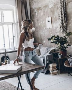 Loving the jeans and simple white tank combo. Looks especially good with that taught, tanned midsection Boho Fashion, Fashion Beauty, Fashion Outfits, Mode Outfits, Casual Outfits, Mode Inspiration, Dress Me Up, Spring Summer Fashion, Street Style