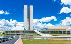 Brasília: Sede do governo brasileiro, o turismo em Brasília, é claro, está voltado para política e história do nosso país. A cidade, construída em apenas quatro anos, foi obra dos arquitetos Lúcio Costa e Oscar Niemeyer. Construções emblemáticas são características de Brasília e devem estar em seu roteiro de dois dias. O Museu Nacional, a Catedral de Brasília, o Congresso Nacional, o Itamaraty, a Praça dos Três Poderes, o Palácio do Planalto e o da Justiça conseguiram ser visitados nos dois…