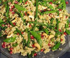 Vegetarische bulgursalade met granaatappel! Bulgur is erg neutraal van smaak. Je kunt hem het beste vergelijken met couscous, maar bulgur is steviger en heeft een grotere korrel. Lekker als bijger Bulgur Salad, Couscous, Ramadan, Poke Bowl, Buddha Bowl, Pasta Salad, Green Beans, Vegetables, Health