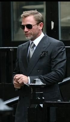 Yumm, I mean he looks nice!-) Daniel Craig suited up Daniel Craig James Bond, Daniel Craig Style, Estilo James Bond, James Bond Style, Gentleman Mode, Gentleman Style, Mode Ab 50, Daniel Graig, Style Masculin