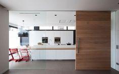 Cocina semiabierta con frentes lacados en blanco, un proyecto de ZaniaDesign