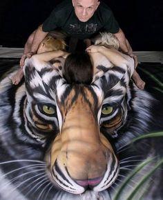 Vinte e quatro horas para ser completamente finalizada, muita tinta e mulheres. O resultado? Corpos de mulheres que viram um tigre. O artista norte-americano Craig Tracy é o responsável por essa fantástica obra de arte...