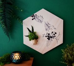 Hanging planter, wall planter to a original decoration interiour. Design on wood, original handmade pen illustration. Wall art combinated with plants. Wood Hexagon, Original pen illustration made by me. Measures: 33 cms. x 29 cms.  It includes mounting bracket to the wall.  The plants are preserved plants. No need sun. No need water. You are treated to endure years through an innovative system of conservation. Here I have placed a little moss and fern.   Decorate any space with this original…