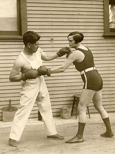The woman lightweight world champion boxing Louise Adler training with the prize fighter Joe Rivers for the match in which she will defend her title, United States 1926 Muay Thai, Jiu Jitsu, Old Photos, Vintage Photos, Women Boxing, Female Boxing, Boxing Training, Boxing Boxing, Boxing Gloves