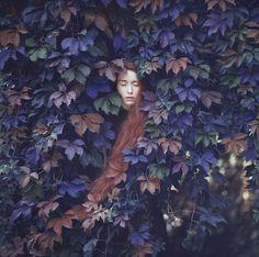 """El fotógrafo con sede en Ucrania Oleg Oprisco presenta una hermosa sesión fotográfica surreal como salida de clásico cuento """"Alicia en el país de las maravillas"""" para ser colocadas en revistas de m..."""