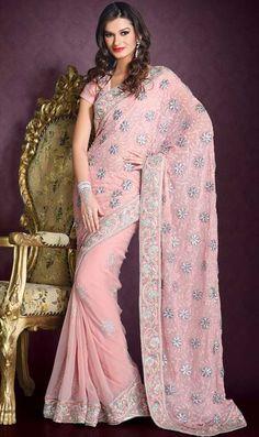 Hermoso sari (vestido típico de las mujeres de la India), del diseñador Nakshatra, Colección 2013.