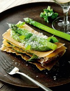 millefoglie di asparagi e salsa fillo/puff pastry with asparagus and pyillo sauce