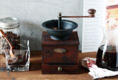アンティークなデザインがノスタルジックな空間を演出してくれる「コーヒーミル」。コーヒー豆を挽くための道具ですが、飾っておくだけでも雰囲気のあるコーヒーミルは、カフェ風インテリアにぴったりの人気アイテムです。