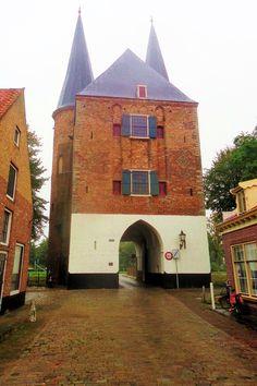 De Nobelpoort uit het midden van de 14e eeuw is de oudste poort. In de 14e en de 15e eeuw bracht de haringvangst en de uitvoer van de kleurstog meekrap de inwoners grote rijkdom. Zierikzee was ook een centrum van zoutwinning, landbouw en lakenindustrie. De stad werd een van de belangrijkste havensteden van Zeeland en breidde zich snel uit, wat noopte tot de aanleg van een nieuwe omwalling en de bouw van de Nobelpoort. Het is een rechthoekig poortgebouw met aan de landzijde twee ronde torens.