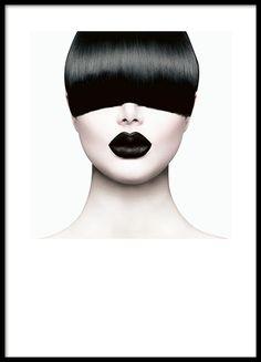 Plakat med stilrent foto af model.