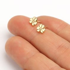 Modern flower gold stud earrings handmade of solid gold, by Sigal Gerson Real Gold Jewelry, Fine Jewelry, Flower Stud, Flower Earrings, Gold Drop Earrings, Gold Flowers, Gold Studs, Earrings Handmade, Modern