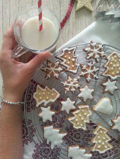 Non è Natale senza biscotti, senza il profumo delle spezie nell'aria, senza un dolce appena sfornato. Inizia il mese dell'anno per me più bello in assoluto e lo trascorreremo insieme immerse tra ricette, natalizie e non , che potremmo preparare durante questo mese , per tutto il periodo delle fest…