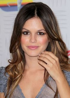 Actress Rachel Bilson keeps her look fresh and youthful with brunette ombre locks and subtle blonde highlights. Brighten up your complexion with carefully placed highlights that frame your face. For a romantic final touch, add some warm caramel undertones to the lengths of your hair.