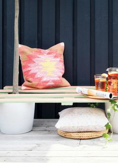 DIY Pallet Plant Bench. No skills needed for this project and without a big price tag, you'll be elevating your outdoor decor game BIG time.