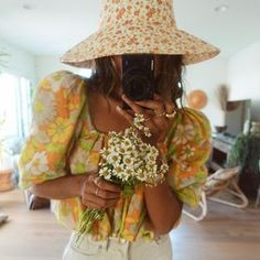 JULIE SARIÑANA (@sincerelyjules) • Fotos y vídeos de Instagram Hippie Style, Hippie Boho, Boho Style, Boho Fashion, Fashion Dresses, Womens Fashion, Elle Ferguson, White Denim Jeans, Love Her Style
