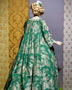 "SilkDamask : A Beautiful ""Bizarre"" Silk Robe Volante, c. on display Historic Deerfield 18th Century Dress, 18th Century Costume, 18th Century Clothing, 18th Century Fashion, 19th Century, Rococo, Baroque, Old Dresses, Period Outfit"