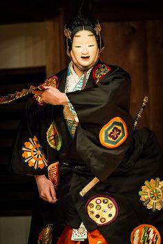 the Noh play, Japan Japanese Noh Mask, Japanese Kimono, Traditional Fashion, Traditional Art, Geisha, Noh Theatre, Art Populaire, Art Japonais, Masks Art