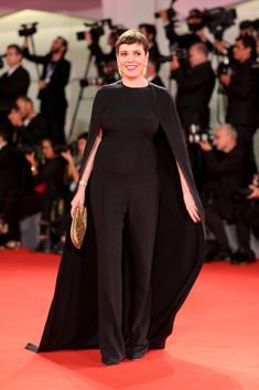 Actress Olivia Colman walks the red carpet ahead of the 'The Favourite' screening during the Venice Film Festival at Sala Grande on August 2018 in Venice, Italy. Celebrity Red Carpet, Celebrity Style, Cate Blanchett, Royal Fashion, Style Fashion, Dakota Johnson, Red Carpet Looks, Lady Gaga, Beautiful Outfits