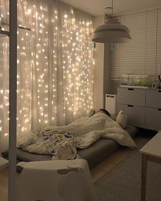 great tips for the original decoration of the student room .- groß Tipps für die originelle Dekoration des Studentenzimmers great Tips for the original decoration of the student room - Living Room Windows, Living Room Decor, Bedroom Decor Lights, Twinkle Lights Bedroom, Wall Decor Lights, Bed Lights, Room Decor With Lights, Hanging Lights, Lighting Ideas Bedroom