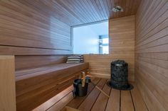 Loft-asunnon tyylikkäässä saunassa on ikkuna makuuhuoneeseen, josta tulee luonnonvaloa saunaankin asti.