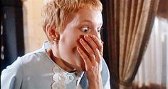Durante toda a trama, mesmo quando já temos certeza dos horrores que cercam a doce e ingênua protagonista, nada de concreto é ofertado ao público. Os mais céticos podem levar muito tempo para aceitar que a jovem Rosemary realmente está encurralada em uma conspiração satânica. Ironicamente, a intenção de Polanski era fazer o espectador acreditar que Rosemary sofria de alucinações e imaginava coi…