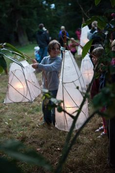 TIME FOR PLAY [ACT] Make lanterns using paper and willow and hold an autumn Lantern Parade to light up the woods. Just add a marvellous marching band [Just So Festival, UK]. How To Make Lanterns, Lantern Making, Lantern Crafts, Light Fest, Medieval Party, Egg Carton Crafts, Camping Crafts, Paper Lanterns, Art Festival