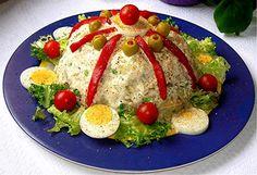 Ensaldilla rusa. Hecha a base de patata espanola,atun,zanahorias y guisantes.