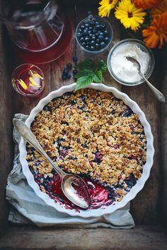 Något som jag bakar mycket just nu är olika sorters smulpaj! Det är så enkelt att svänga ihop en paj och det finns ju blåbär i mängder i skogen. Vildhallon passar jag på att plocka när jag...