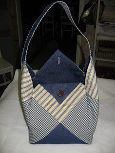 See lay out method in nearby pin - 4 strips of THREE squares each Sacs Tote Bags, Denim Tote Bags, Tote Purse, Black Handbags, Purses And Handbags, Leather Handbags, Leather Bag, Patchwork Bags, Quilted Bag